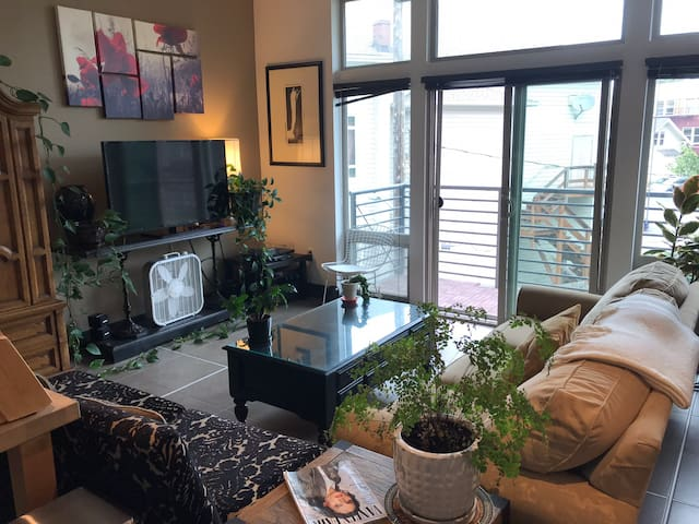 Beautiful 1 Bedroom Loft in the Heart Of Cap Hill!