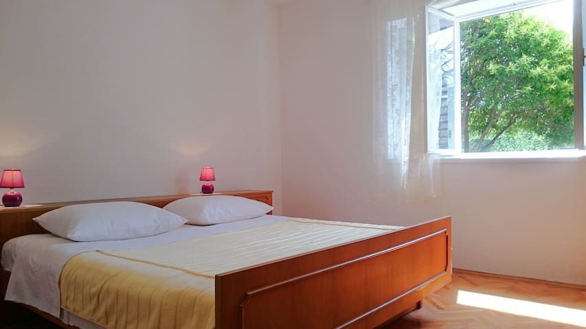 Big 2 bedroom garden apartment, close to the beach - Brodarica - Квартира
