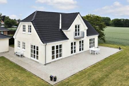 Smukt hus i idylliske omgivelser