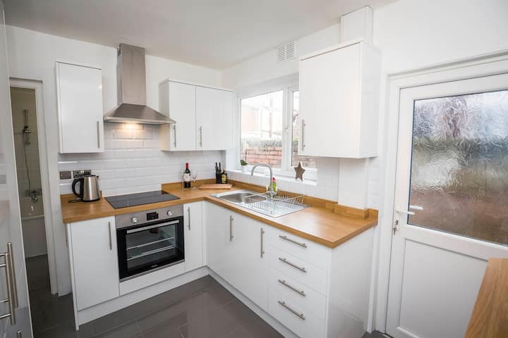 Spacious, Modern 4 Bed House Close to City Centre