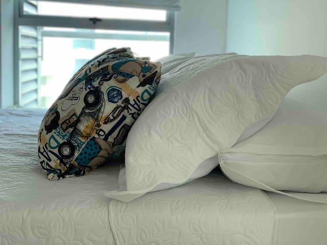 Honeymoon Suit dispone en su habitación principal de un juego de cuatro (4) suaves almohadas, para el confort de nuestros huéspedes durante su descanso.