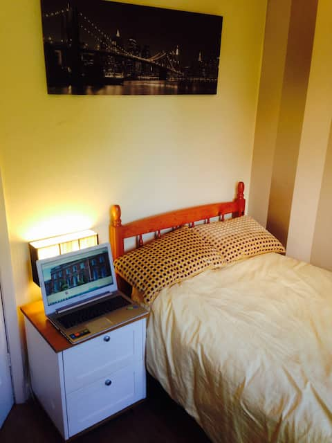 Market Harborough. Comfortable single. Views.