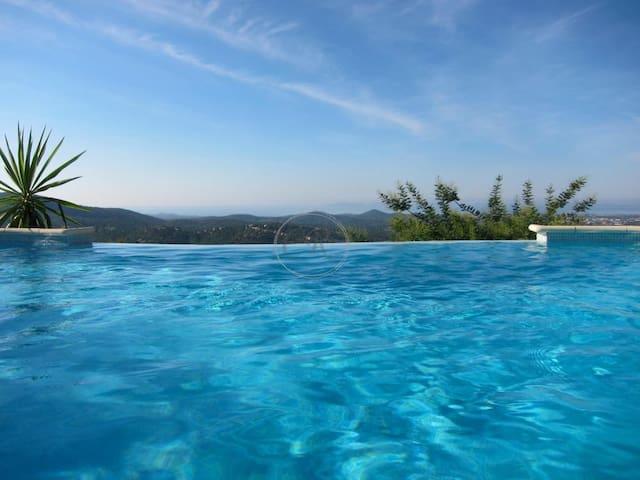 Belle et grande villa contemporaine avec piscine