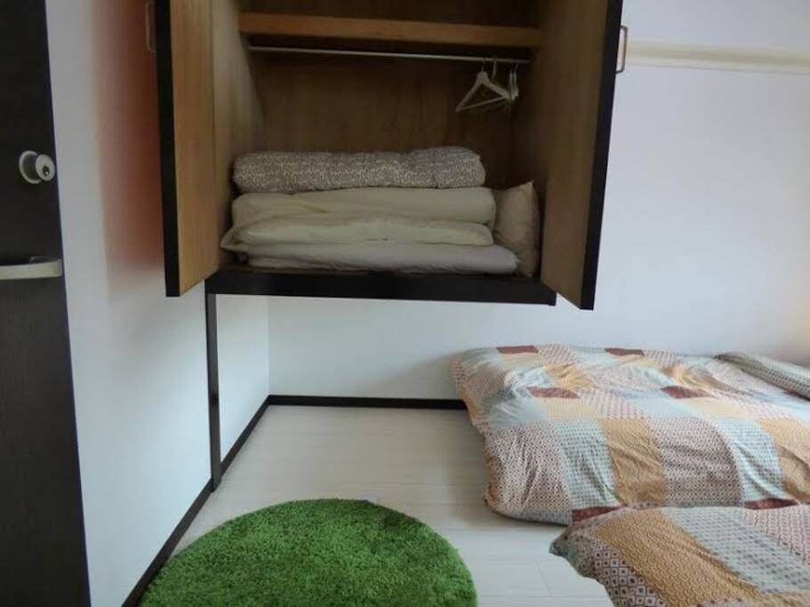 There are 2 beds and a one  Japanese style bedding(Futon), so you can stay overnight comfortably.  2つのベッドと、布団を準備しています。3人で旅行の方にも安心です。