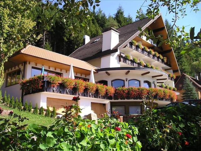 Wander- und Wellnesshotel Winterhaldenhof, (Schenkenzell), Familienzimmer mit Wohnecke, Dusche und WC