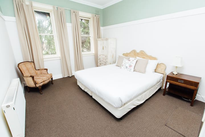 Queen Room - Shared Bath, Pool, Tennis & Gardens