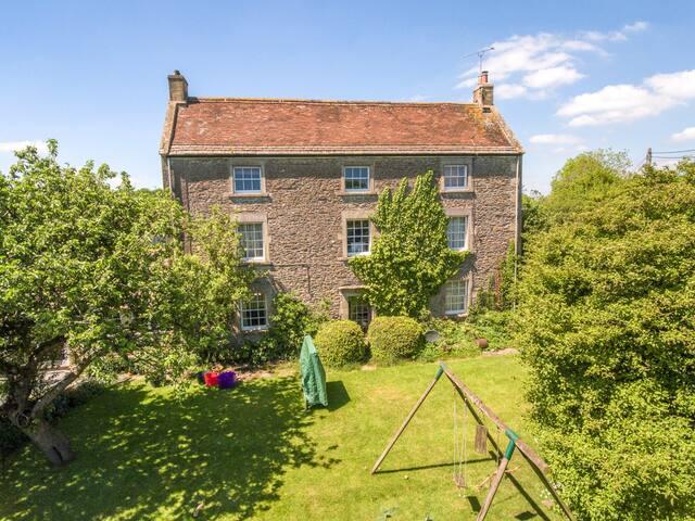 Rural  Farmhouse Retreat - sleeps 8