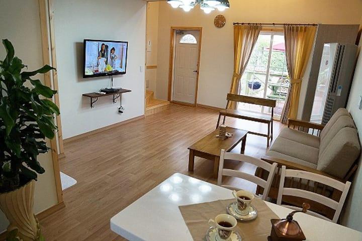 옐로우&그린의 깔끔한 디자인과 스파를 즐길 수 있는 레몬타임 객실