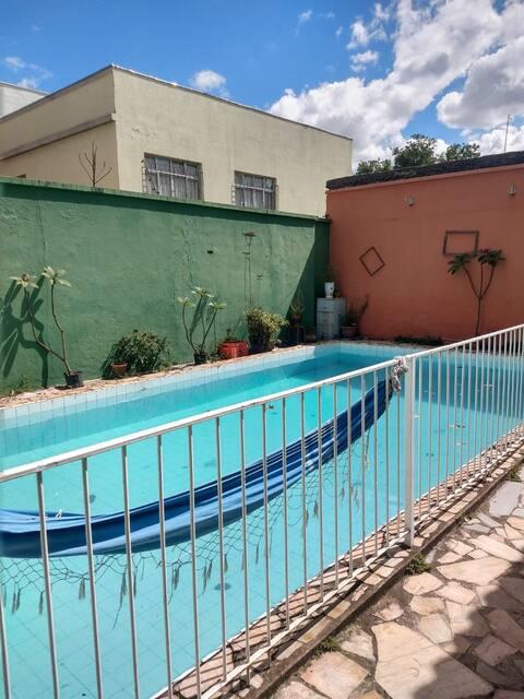 Quarto na Casa Azul Piscina/BH-Floresta