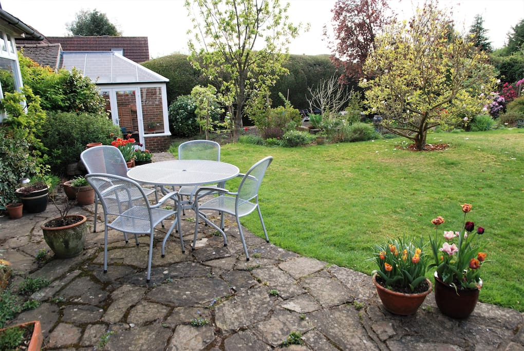 The garden terrace with a table to enjoy breakfast or an evening drink