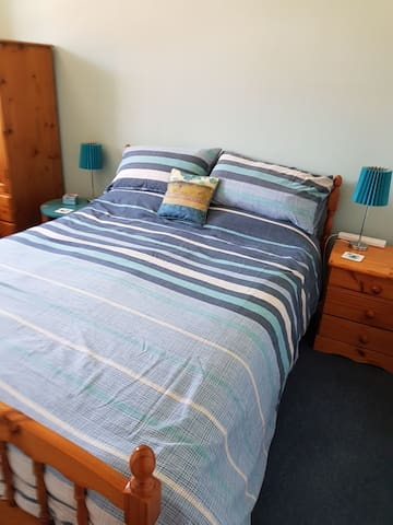 Double bedroom in quiet house (1 or 2 Guests)