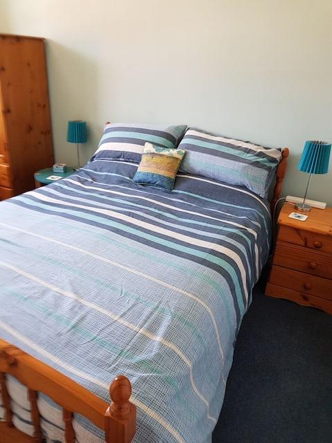 Double bedroom in quiet house (1 or 2 Guests)