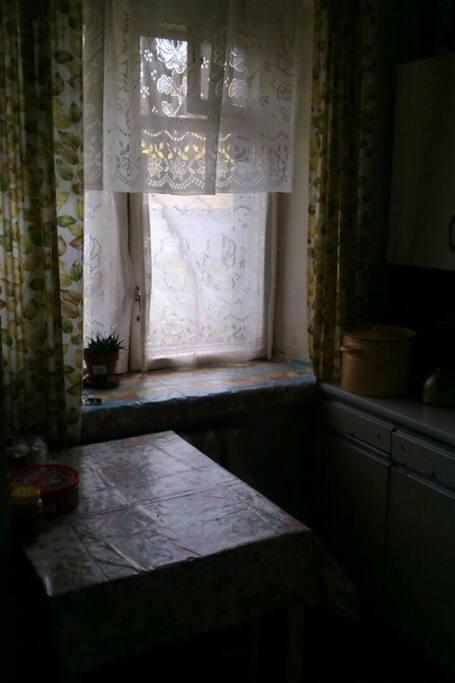 Кухня. Газовая плита, мойка, небольшой стол.