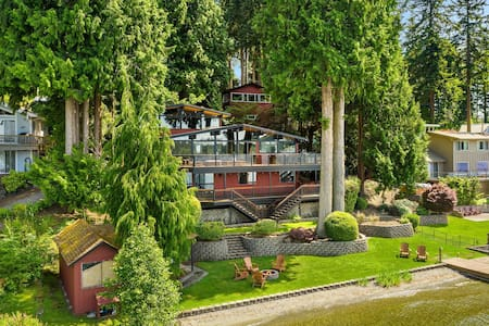 Stunning Pacific NW Lakehouse on 100' waterfront!