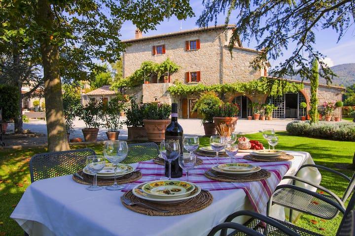 Agriturismo dichtbij Cortona met ruime tuin en zwembad
