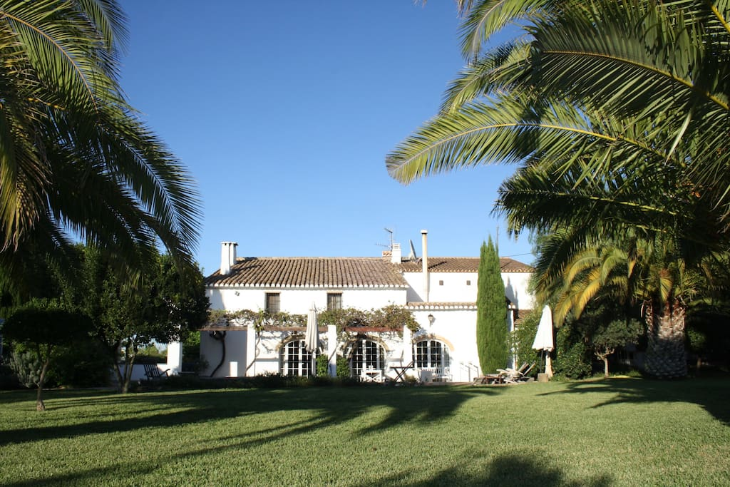 Spaanse finca met grote palmen tuin en zwembad