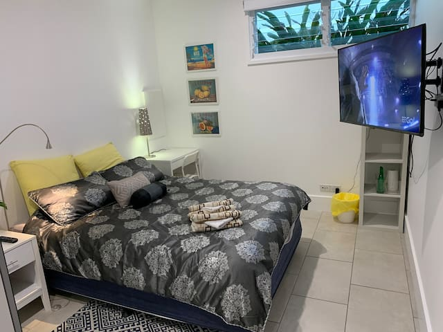 Stafford Heights Queen Bed Room, Pets Welcome