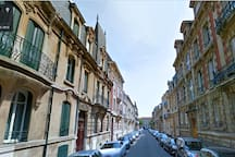 Une rue riche en architecture, calme et sure,  à 5 minutes de la rue St-Jean.