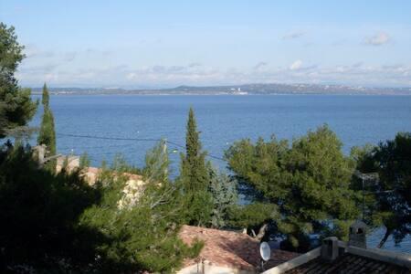 Studio intime, situé rez de jardin vue bras de mer - Saint-Mitre-les-Remparts