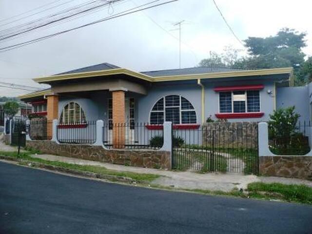 Habitacion amueblada con servicios