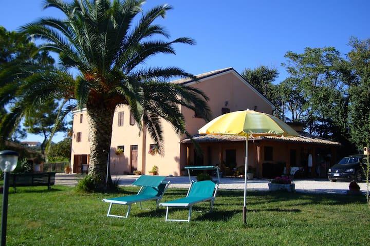 B&B in collina a tre km dal mare - montemarciano - Bed & Breakfast
