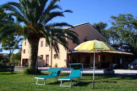 B&B in collina a tre km dal mare - montemarciano - Bed & Breakfast