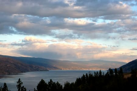 Farmstay with LAKE VIEWS in Private Cottage - Peachland