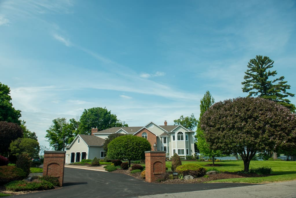 Expansive 5BR and finished basement with 16 beds Custom Home on Oneida Lake - Luxury Amenities