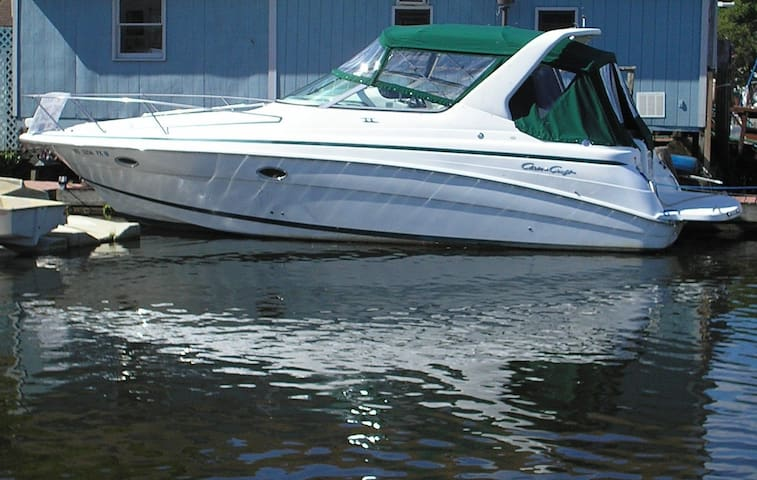 """Lucky"" -- Cozy Chris Craft - Port Ewen - Boot"
