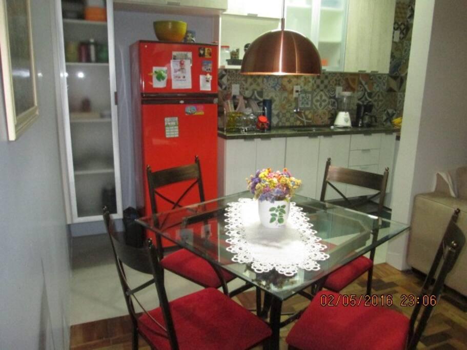 Cozinha compartilhada com  jantar/estar.