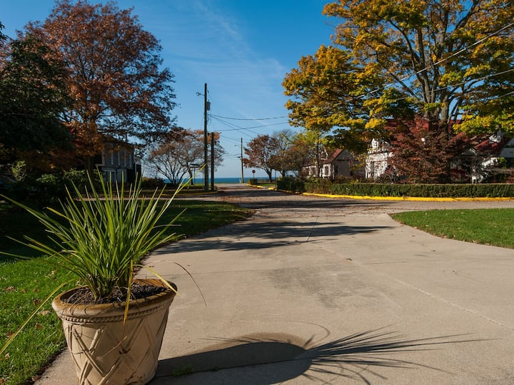 Gallivanting - lakeview home