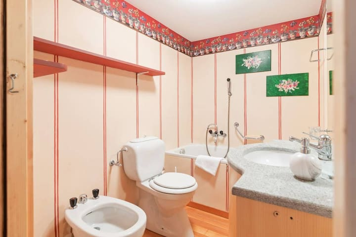 The 2° Bathroom with the bathtub