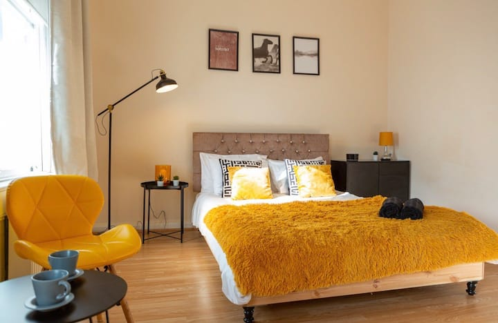Large apartment with fireplace at Kensington