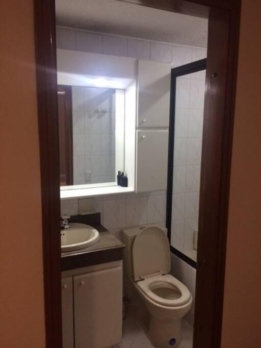 Private bathroom inside the bedroom (Baño privado al interior de habitación)