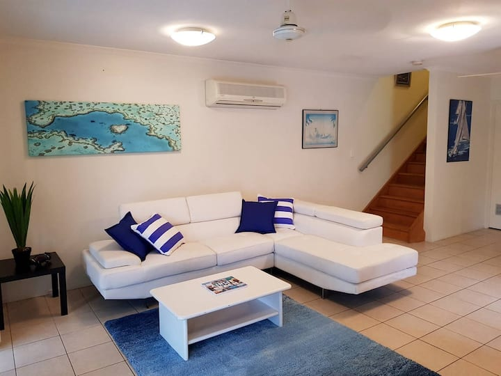 AIRLIE CENTRAL TOWNHOUSE, 3 BED, KITCHEN & WIFI