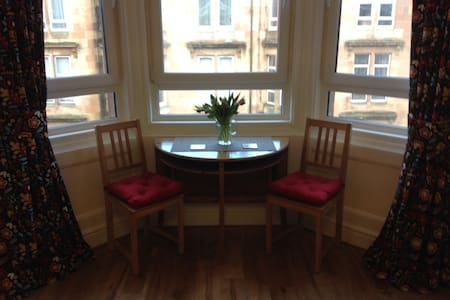 Pristine apartment near city centre and Hampden.