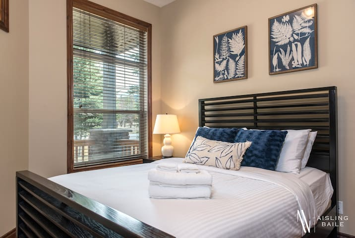 A luscious queen bed, full mountain views from the window. The blue room has it all!