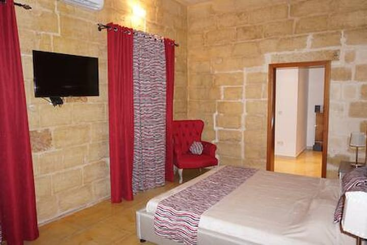 Private bedroom in Qrendi  townhouse