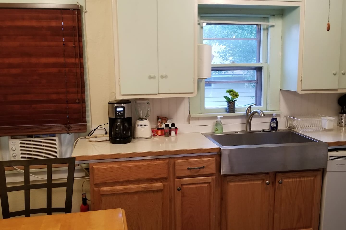 Come experience your next adventure in our home! Just a short drive Downtown to our Brewery, several cafes, bars, shops, & other restaurants are all within walking distance! Close to OIT & Hospital. Klamath Lake + Fitness Center & Golf Course too!