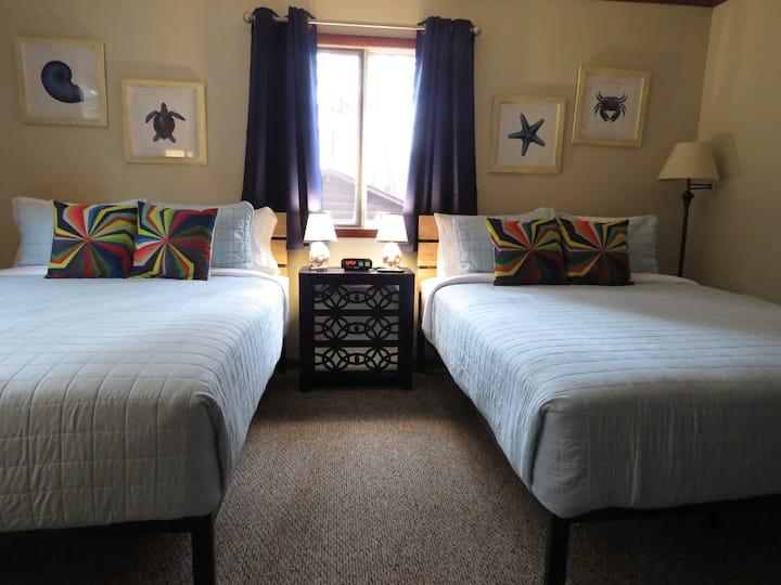 16 - Family Duplex Cabin w/ 2 Queen Beds - Tall Pines Inn