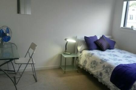 Safe, sunny upstairs bedroom - Footscray - Talo