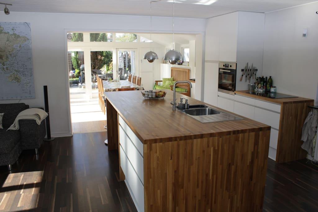 Åbent køkken med barstole og plads til 4 personer