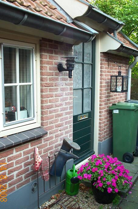 zijkant/voordeur van het huis