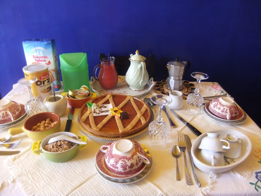 tavola apparecchiata per gli ospiti