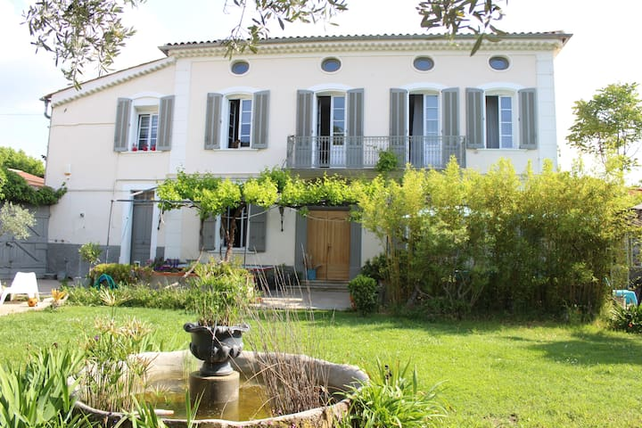 Maison ancienne 1850,coeur village, piscine