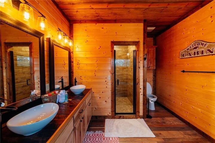 Cactus Coral HIGH Luxe 4+ Bedroom Cabin Loaded with amenities and minutes from Broken Bow Lake!