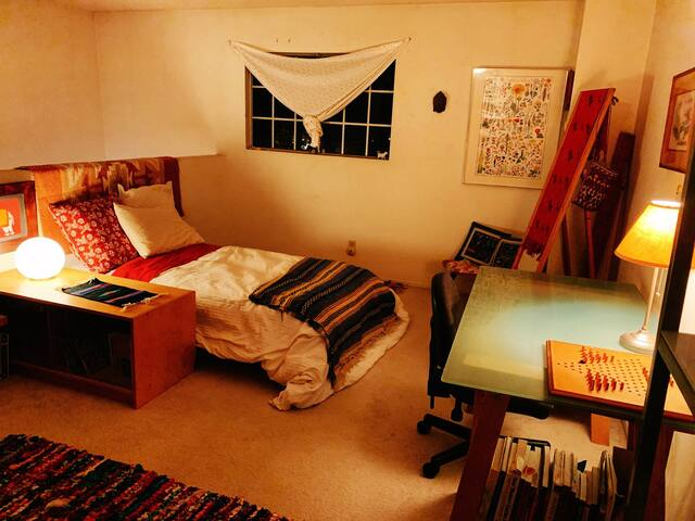Cozy charming room in Alhambra, safe and quiet.