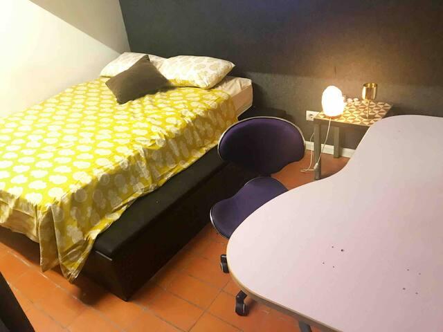 Primera habitación grande con otro soporte arriba para otra cama pequeña, habitación con closet y escritorio , mesa de noche .