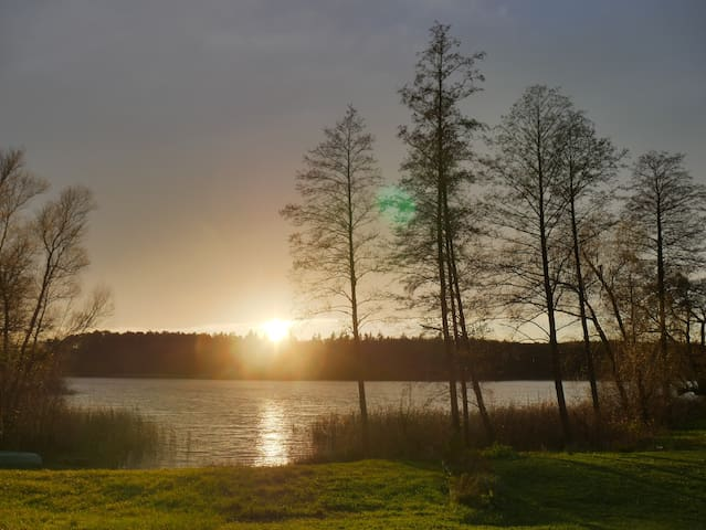 Genieße den Sonnenuntergang am Stiernsee.