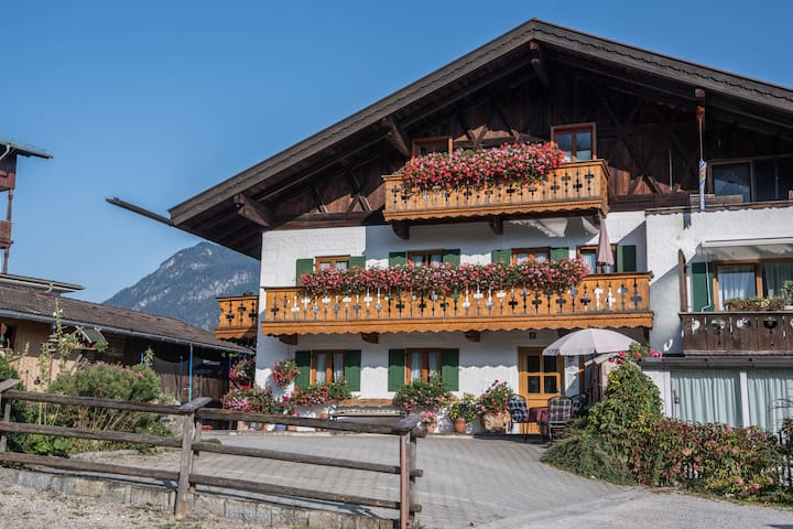 Apartment Zugspitze with Terrace, Mountain view & Wi-Fi, open for home office or business travel